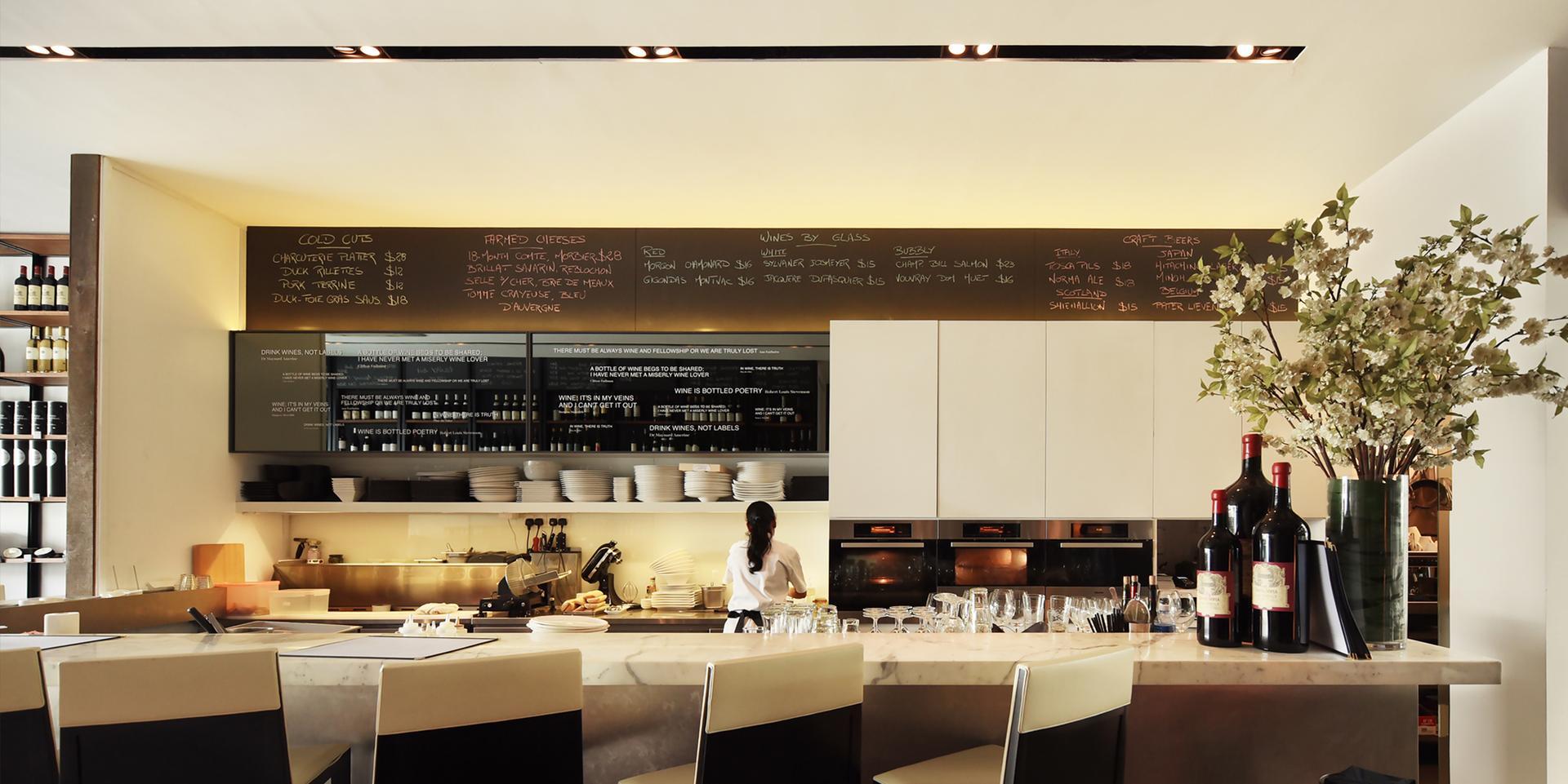 室内设计灵感来自典型的巴黎小酒馆,意在创造一个适宜老顾客光临的